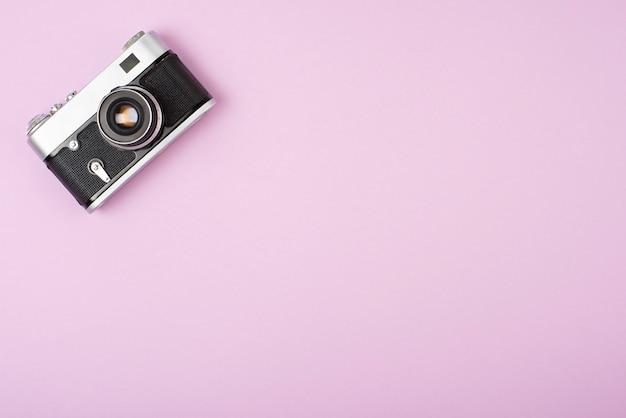 Câmera de filme retrô em um fundo rosa. Foto Premium