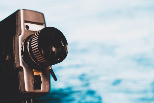 Câmera de filme vintage em fundo azul Foto Premium