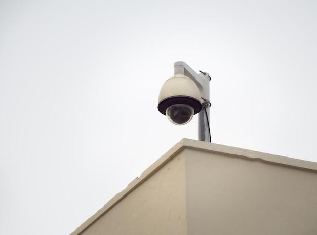 Câmera de segurança cctv em um poste alto para proteção pública Foto Premium