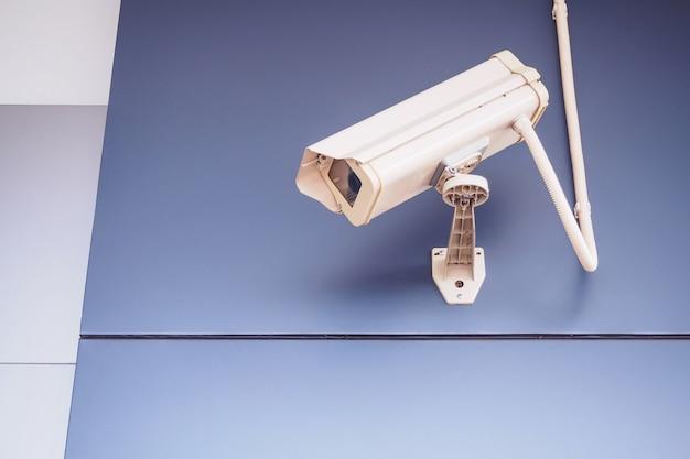 Câmera de segurança cctv na parede em frente à loja Foto Premium