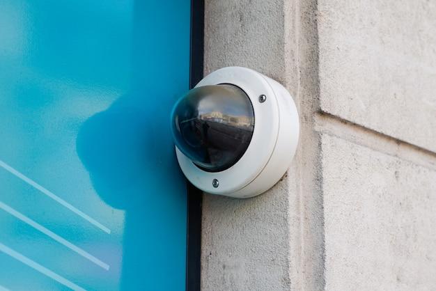 Câmera de segurança cctv na parede na rua Foto Premium