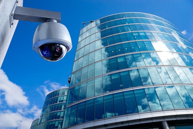 Câmera de segurança cctv no prédio de escritórios Foto Premium