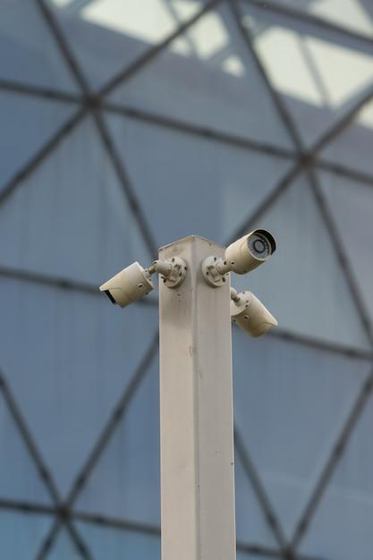 Câmera de segurança de rua com três direções Foto Premium