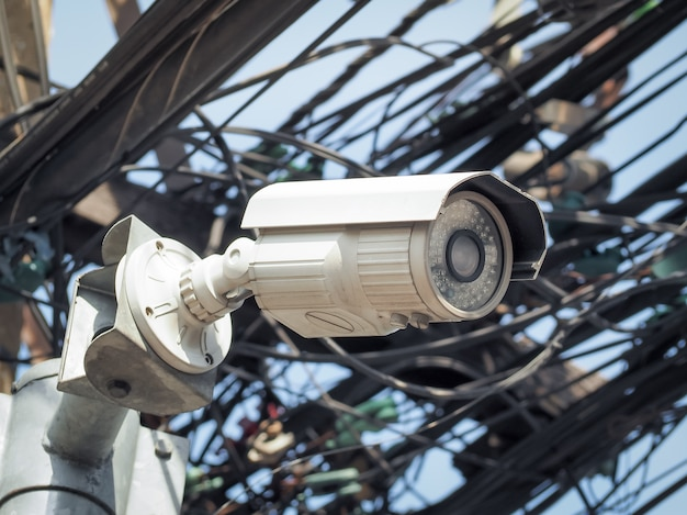 Câmera de segurança do cctv em um poste alto para proteção pública. cftv de vigilância na cidade. Foto Premium