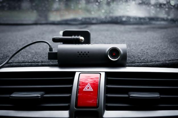 Câmera de vídeo do carro (câmera do painel) e botão de luz de emergência no carro, conceito de câmera de segurança para proteção do carro, tecnologia para segurança Foto Premium