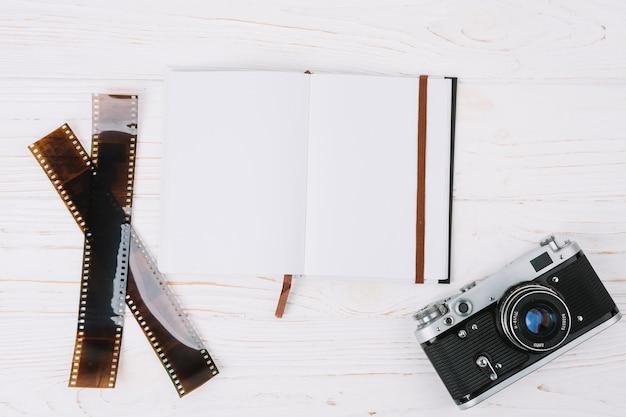 Câmera de vista superior com notebook e negativos Foto gratuita