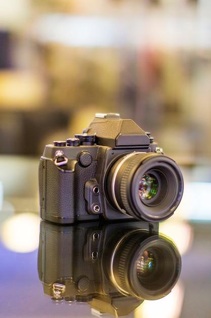 Câmera digital decorada na mesa localizada em bandung, na indonésia Foto Premium