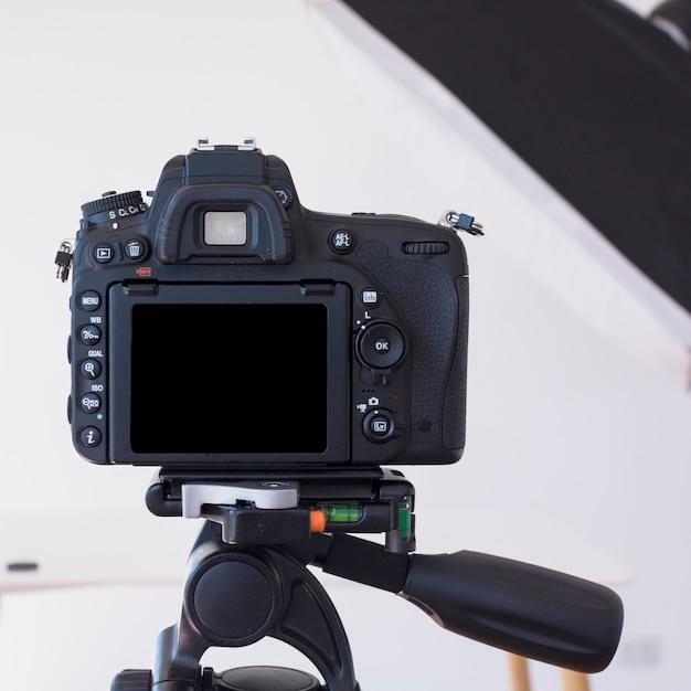 Câmera dslr em um tripé no estúdio Foto gratuita