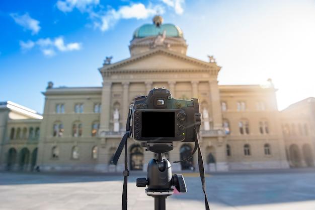 Câmera dslr está tomando foto antiga estrutura do edifício Foto Premium