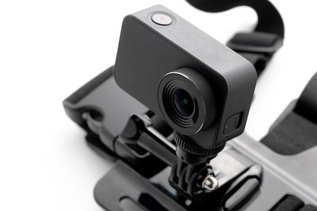 Câmera extrema da ação com a montagem da caixa isolada em um fundo branco. Foto Premium