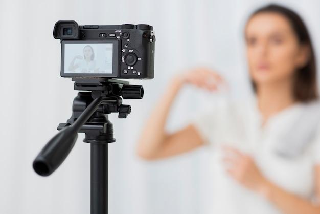 Câmera moderna de close-up em um tripé Foto gratuita