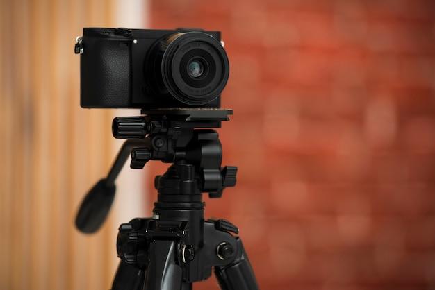 Câmera moderna em um tripé profissional Foto gratuita