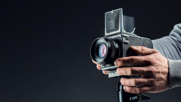 Câmera profissional preta sendo ajustada Foto gratuita