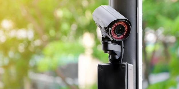 Câmera pública cctv moderna em um poste elétrico Foto Premium