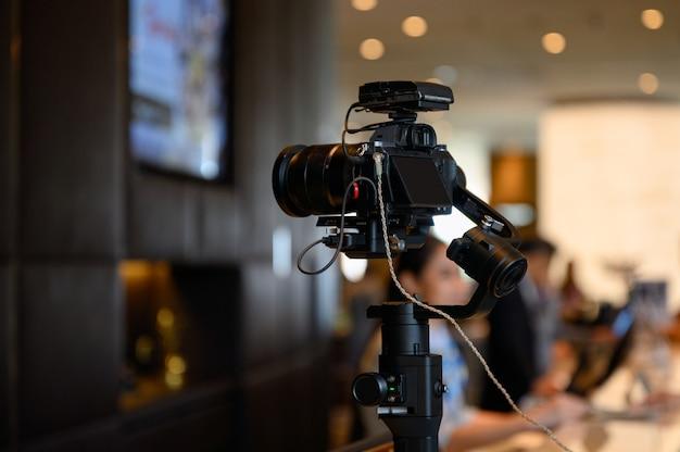 Câmera sem espelho com microfone sem fio no estabilizador do cardan Foto Premium
