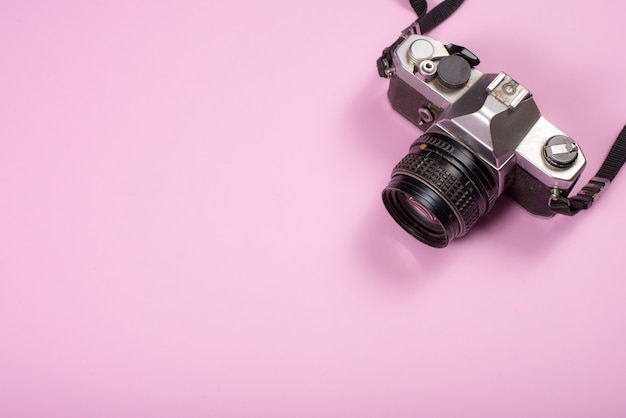 Câmera vintage em fundo rosa Foto gratuita