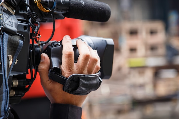 Cameraman trabalhando na rua Foto Premium