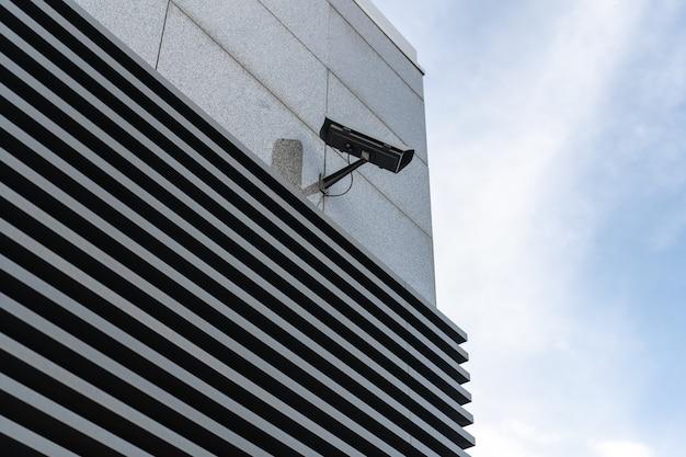 Câmeras de cftv são instaladas ao longo das ruas. para verificar as condições do tráfego e cuidar da segurança Foto Premium