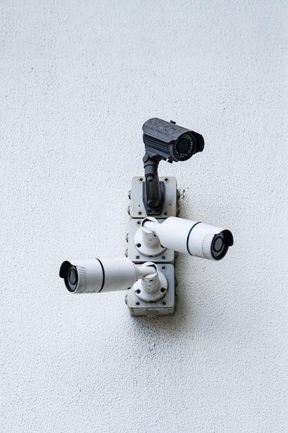 Câmeras de segurança em edifício moderno branco, conceito de tecnologia Foto gratuita