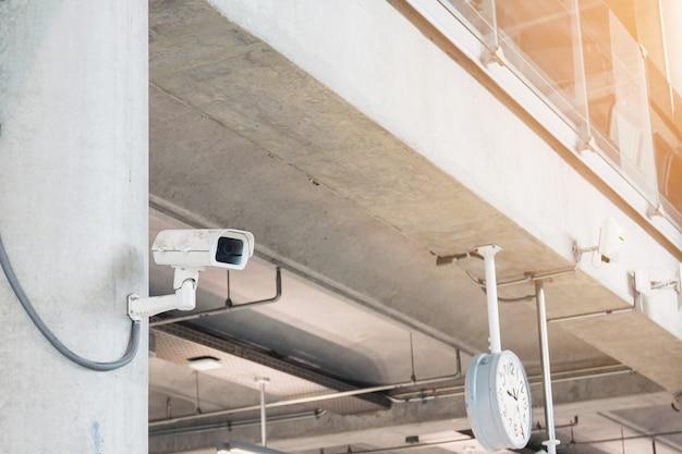 Câmeras de segurança em prédios e lugares importantes da cidade. Foto Premium