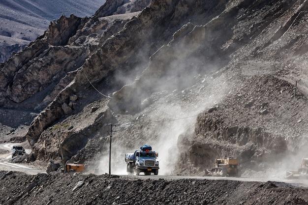 Camião indiano na estrada no himalaia Foto Premium