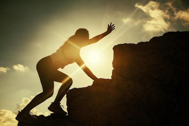 Caminhando mulher atleta pedir ajuda no cume Foto Premium
