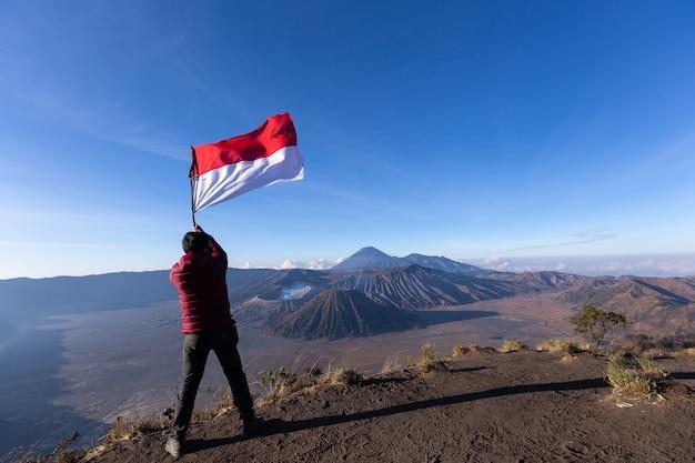 Caminhante bem sucedido do homem que toma a imagem com o smartphone do bromo indonésia do vulcão. Foto Premium