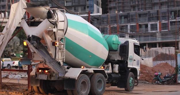 Caminhão betoneira no local de construção Foto Premium