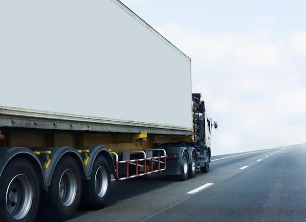 Caminhão branco na estrada da estrada com recipiente. Foto Premium