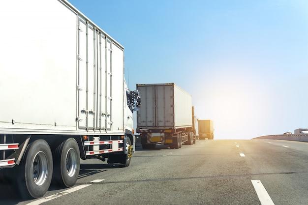 Caminhão branco na estrada rodovia com contêiner, importação, logística de exportação industrial transporte de transporte Foto Premium