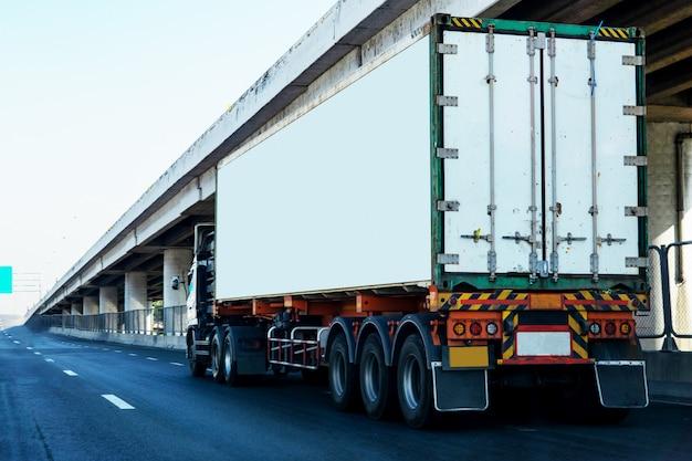 Caminhão branco na estrada rodovia com recipiente Foto Premium