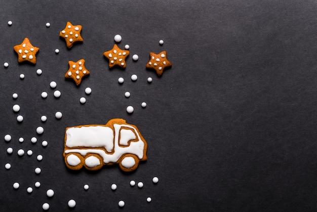 Caminhão de biscoitos de gengibre em forma de fundo preto, conceito de natal Foto Premium