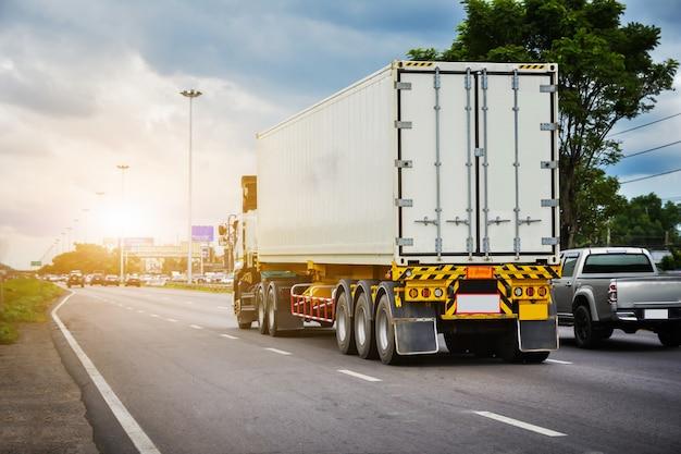 Caminhão de carro dirigindo na estrada, carro no transporte rodoviário de estrada
