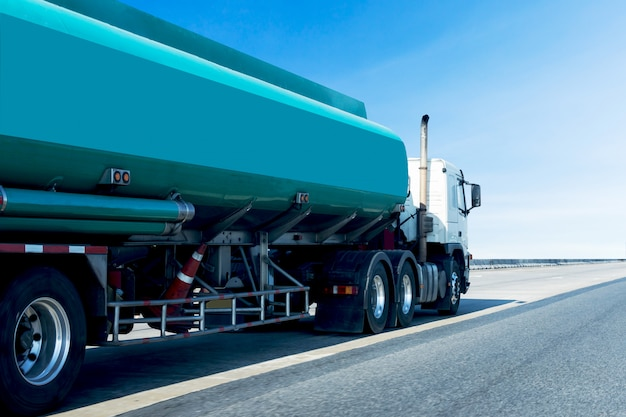 Caminhão de tanque verde do gás ou do óleo no transporte industrial logístico da estrada da estrada Foto Premium