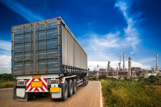 Caminhão em execução na estrada Foto Premium