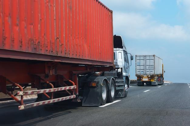Caminhão, ligado, rodovia estrada, com, vermelho, recipiente, transporte, ligado, a, asfalto, via expressa, contra, céu Foto Premium