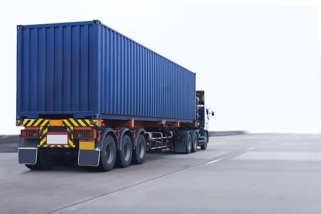 Caminhão na estrada com recipiente azul, importação, logística de exportação industrial Foto Premium