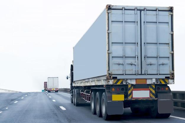 Caminhão na estrada com recipiente, importação, logística de exportação industrial Foto Premium