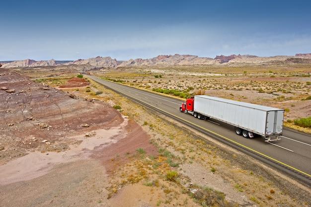Caminhão na estrada de utah Foto gratuita