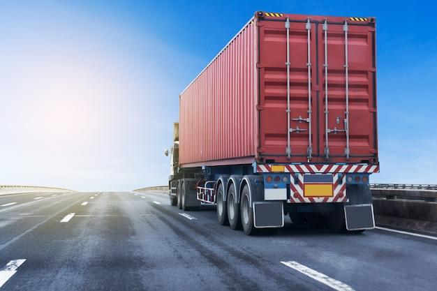 Caminhão na estrada rodovia com recipiente vermelho. transporte na via expressa de asfalto Foto Premium