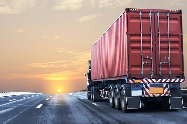 Caminhão na estrada rodovia com recipiente vermelho Foto Premium