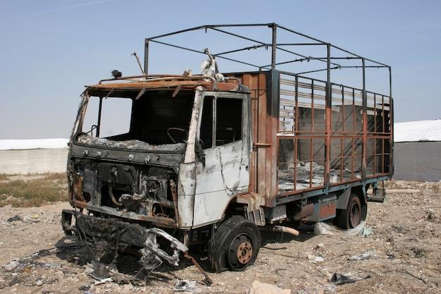 Caminhão queimado abandonado, caminhão destruído pelo fogo Foto Premium