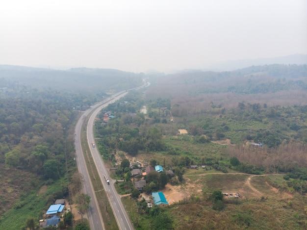 Caminho de alta estrada com poluição de fumaça Foto Premium