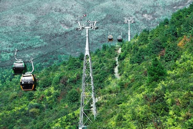 Caminho de teleférico para as montanhas Foto Premium