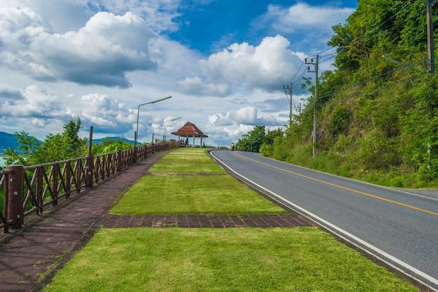 Caminho para o ponto de vista no monte bromo com nuvens Foto Premium