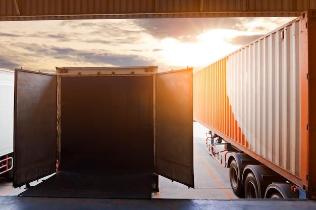 Caminhões atracando no armazém porta aberta, logística e transporte da indústria de frete Foto Premium