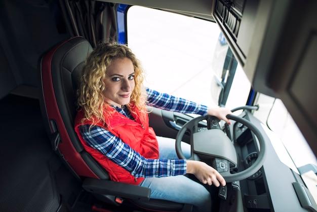 Caminhoneiro sentado em um caminhão Foto gratuita