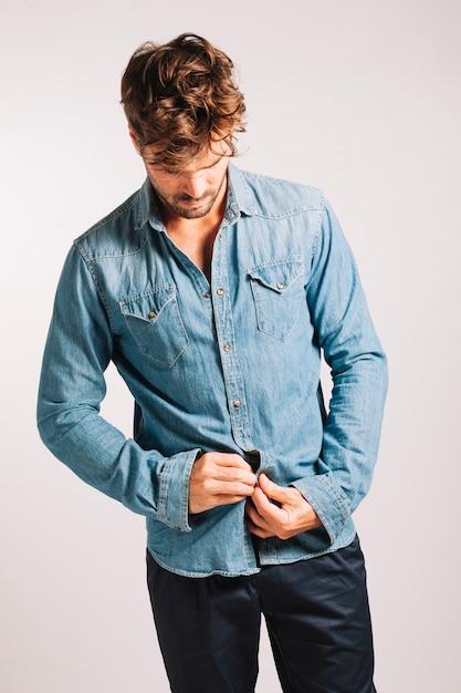 Camisa abotoadora bonita Foto gratuita