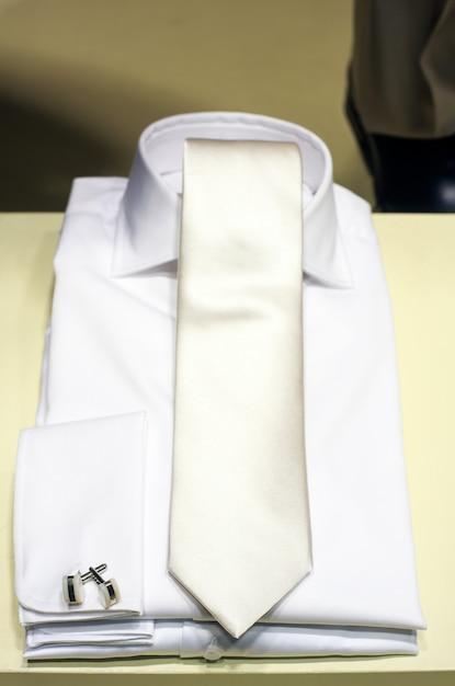 Camisa branca e gravata Foto Premium