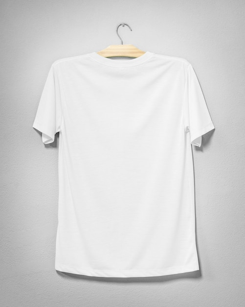 Camisa branca pendurada na parede de cimento Foto Premium